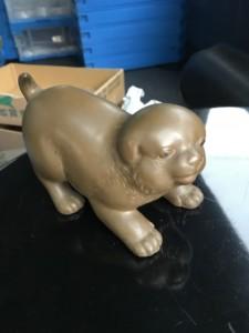 銅の犬の置物