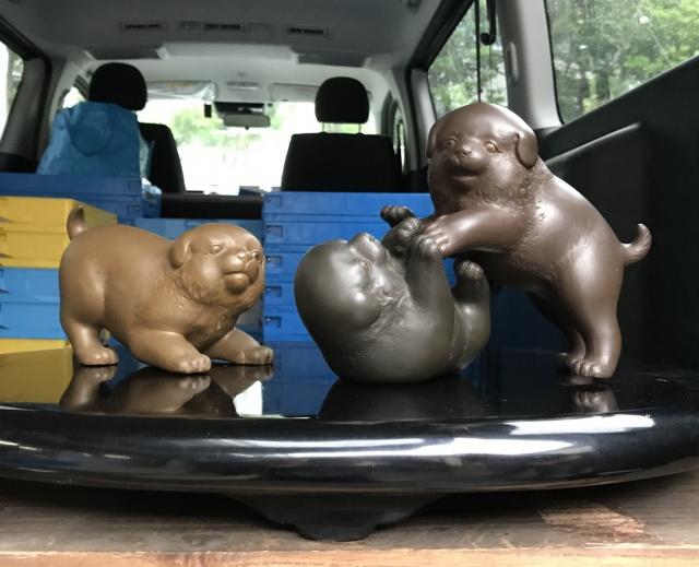 銅の犬たちの置物